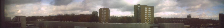 Panoramafoto vom 4. Stock des ETI I. Links der Kurzwellenbeam, in der Mitte der Clubraum der AKAFUNK und rechts davon die Vertikalantenne.