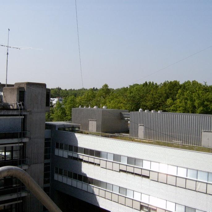 Der Doppeldipol für 40m und 80m, über den Innenhof, etwa 25m über Grund  (Foto: Joachim DJ1OBA)