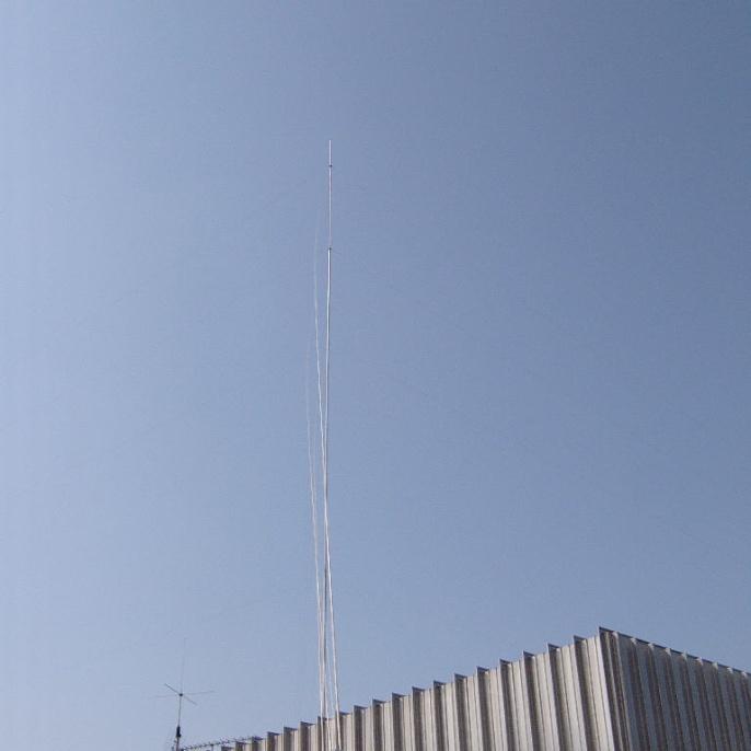 20 m hohe Titanex-Vertikal-Antenne V80S für die Bänder 30, 40, 80 und 160 m (Foto: Joachim DJ1OBA)