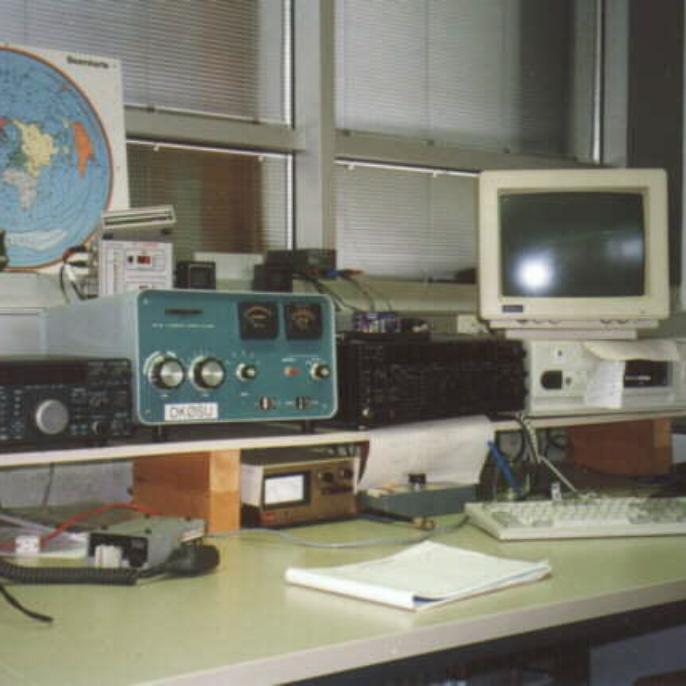 Die Kurzwellenstation mit Kenwood TS-850S, Heathkit SB 220 Endstufe und Rotor-Steuerungsgerät  (Foto: Dagmar Chor)