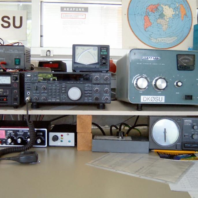 Die Kurzwellenstation mit Kenwood TS-850S, Heathkit SB 220 Endstufe und Rotor-Steuerungsgerät  (Foto: Joachim DJ1OBA)