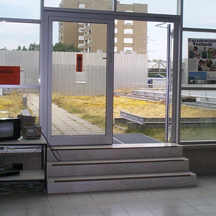 Der Zugang zur Dachterrasse und dem Clubraum im 3. OG. Über die ATV-Empfangsstation (links im Bild) werden die aus dem Clubraum gesendeten Bilder empfangen